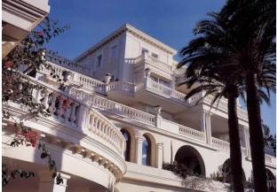 Villa bianca con balconi e balconata panoramica