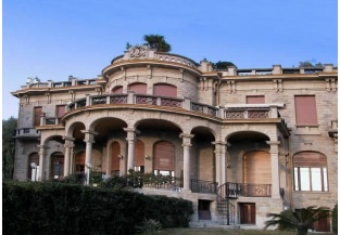 Residenza con 22 finestre sulla parte frontale e ampio terrazzo