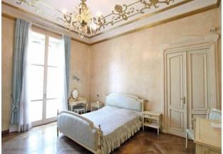 Elegante camera da letto a tinte chiare