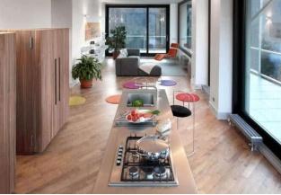 Cucina contemporanea con vetrate e piano cottura